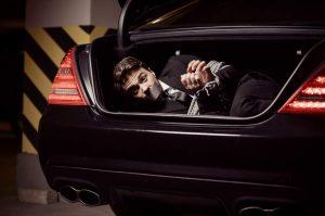 В багажнике заложник! Розыгрыш для друга