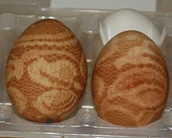 Красим яйца на Пасху при помощи кружев