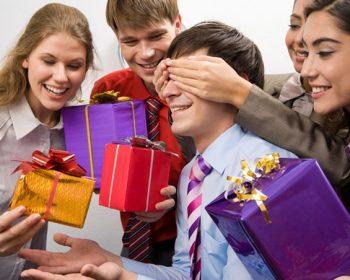Что подарить коллеге-мужчине на день рождения?
