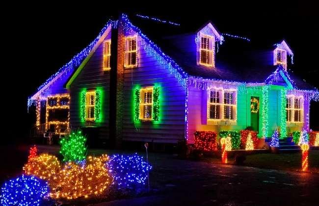 Как украсить фасад загородного дома и двор к новому году?